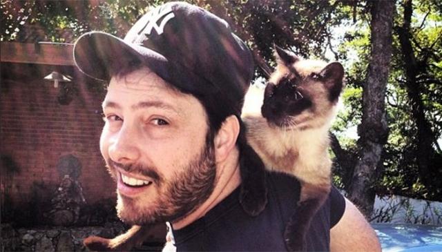 Danilo Gentili posa para foto com seu gato favorito