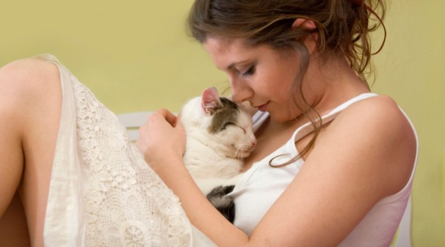 mulher-cheira-gato